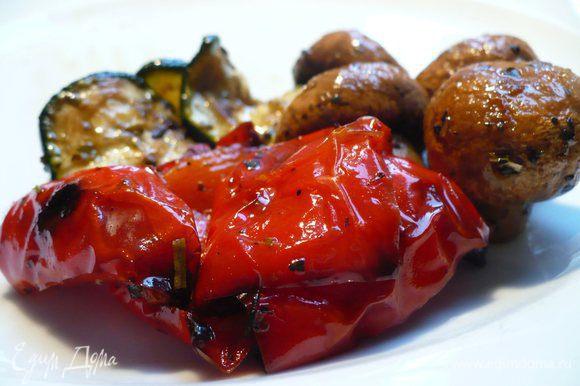 Достаём антипасти из духовки, даём остыть. Добавляем по желанию ещё 2 ст.л. оливкового масла, ну, и на любителя бальзамический уксус. Убираем в холодильник, чтобы закуска ждала своего часа. Приятного новогоднего аппетита!