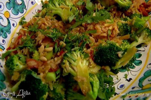 Разложить салат в тарелки, посыпать оставшимися орехами и измельченной кинзой.