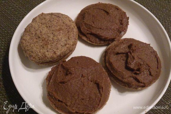 Смазать печенье кремом.