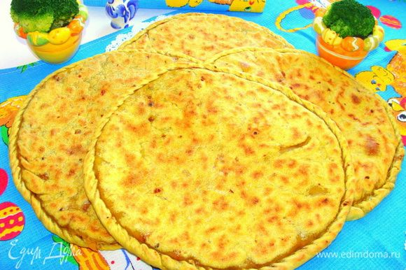 Перед тем как накрыть вторым пластом теста, сверху лобио можно посыпать тертым сыром.