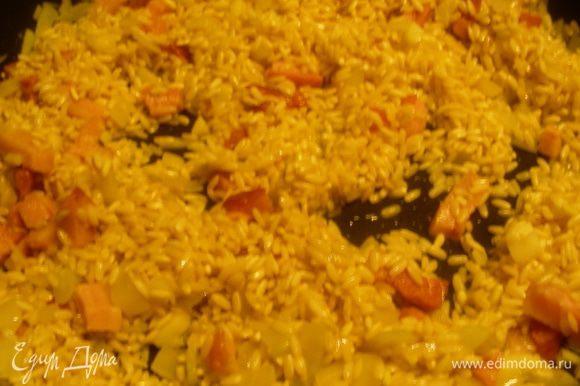 Добавляем рис, обжариваем пару минут, чтобы рис хорошо пропитался.