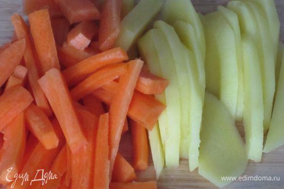 Картофель и морковь нарезать тонкими пластинками.