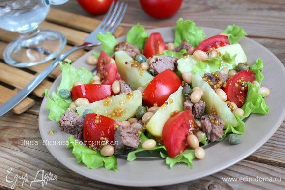 Полейте салат пикантной заправкой. Приятного аппетита!