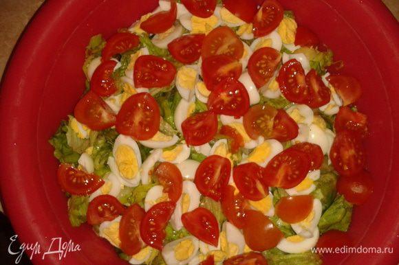 Вымыть помидоры черри, нарезать крупно, яйца перепелиные отварить и нарезать крупно.