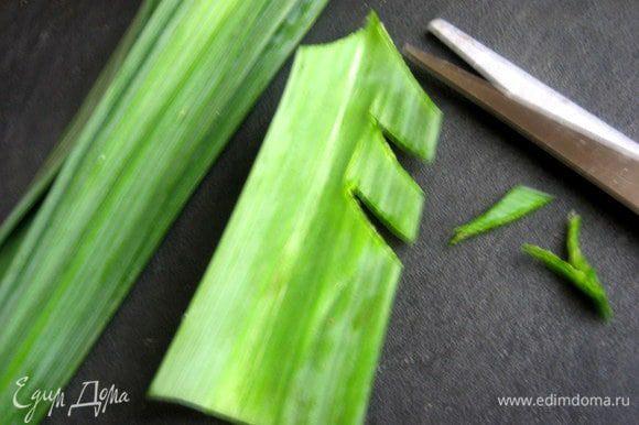 Захотелось украсить салат по-новогоднему))) От порея сделаем ёлочку..., сначала отрезаем верхушку.