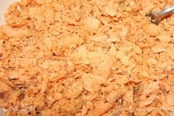Любую красную рыбу (лосось, кижучь, горбуша) почистить и отварить с солью. Очистить от кожи и освободить от костей. размять вилкой.