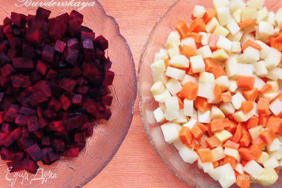 Картофель, морковь и свеклу вымыть и очистить от кожуры. Нарезать овощи кубиками примерно 1 см на 1 см. В одну миску выложить морковь и картофель, а в другую миску – свеклу. В каждую миску добавить по 2 ст. л. оливкового масла и немного соли, тщательно перемешать.