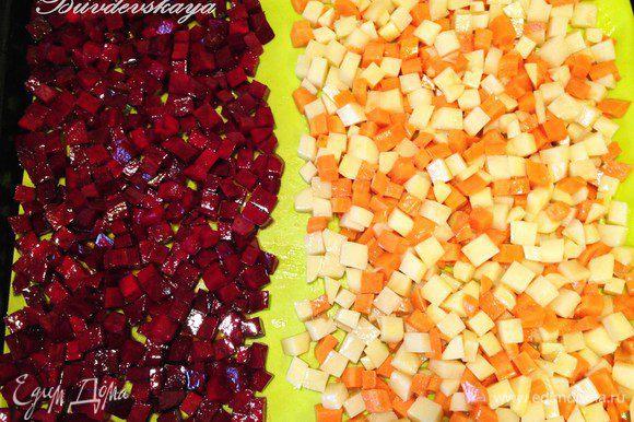 Разогреть духовку до 190 градусов. Застелить противень силиконовым ковриком или фольгой. Выложить картофель с морковью в одну сторону, свеклу – в другую на небольшом расстоянии, чтобы овощи не окрасились. Прикрыть листом фольги и отправить запекаться в духовку минут на 30. Затем убрать лист фольги и запекать еще 10 минут. Вынуть овощи из духовки и остудить.