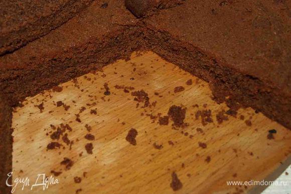 В заранее разогретой до 180 градусов духовке выпекаем корж. 40-45 минут. Выпекаем один корж или сразу выпекаем порционно. Готовый корж оставляем в форме на 15 минут, потом выкладываем на решетку или деревянную доску до полного остывания.