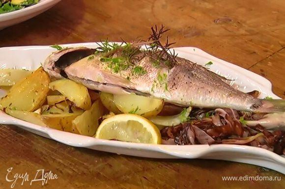 Выложить на блюдо овощи, сверху положить рыбу и посыпать все измельченной зеленью фенхеля.