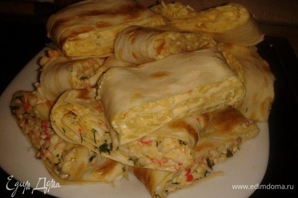 Можно сделать начинку: колбаса, сыр, красный перец - через крупную терку, добавить зелень и майонез.