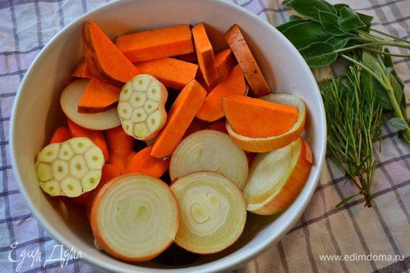 Цыпленка достать из холодильника за 30 минут до начала приготовления. Затем включить духовку на 240 С. Овощи мы не будем чистить, а только как следует вымоем и нарежем крупными кусками (дольками, кружочками, брусочками, как Вам будет угодно...)))) Головку чеснока тоже вымыть и разрезать поперек пополам... Вымыть и высушить ароматные травки. В принципе, набор овощей у Вас может быть любой..., подходящий Вам по вкусу! ))) Выложить овощи слоем в форму для запекания - противень с высокими бортами (предварительно сбрызнуть дно оливковым маслом)... Посолить и поперчить.