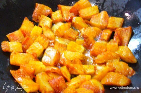 В сковороде (у меня – вок) разогреть 3 ст. л. масла «Слобода», обжарить рыбу до золотистого цвета. Переложить на бумажное полотенце.