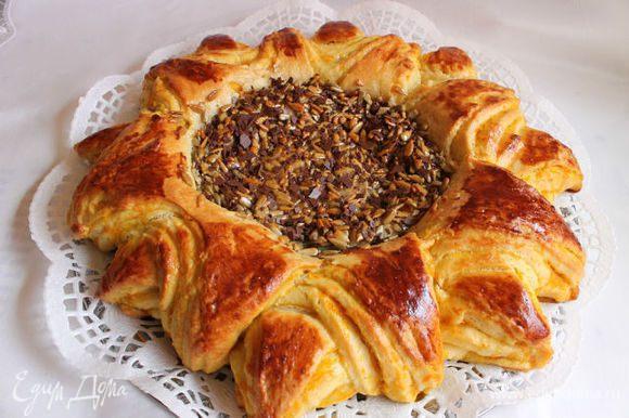 Kогда пирог остынет немного, посыпем серединку тертым шоколадом. Вот такой вкуснячий получился пирог! Угощайтесь!
