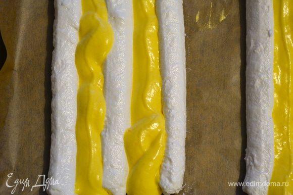 """Бисквитное тесто также переложить в кондитерский мешок и заполнить им пространство между белковыми полосками. Получается две """"заготовки"""" для пирожных. (У меня из указанного изначально количества ингредиентов получилось два таких противня) Присыпать поверхность сахарной пудрой."""