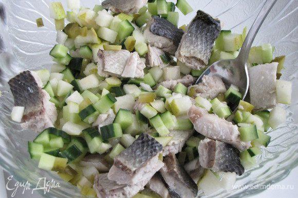 Смешать в миске рыбу, грушу и огурцы.