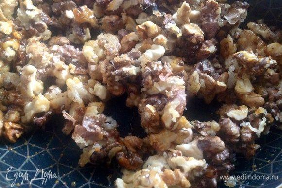 Орехи жарить, пока сахар не растворится и не приобретёт карамельный цвет.