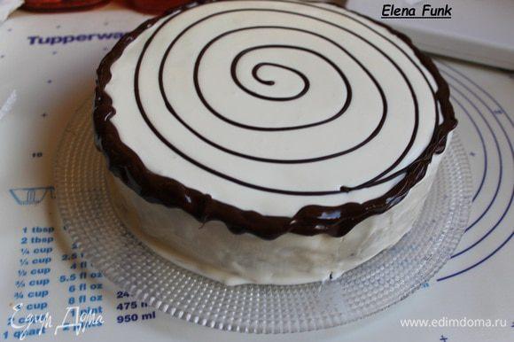 Теперь расстопим шоколад , нальем его в целофановый мешочек. Срежем уголок и рисуем такой круг. все делаем одним движением, не останавливаясь. Делаем срез больше и рисуем края, чтобы шоколад стекал.