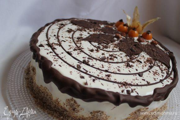 Бока обсыпем молотым миндалем. Листики делаем с оставшегося шоколада. Берем чистые листoчки, и намажем их шоколадoм изнутри. Кладем на 30 минут в холодильник. Затем аккуратно удаляем листья и украшаем. Еще добавила физалис.