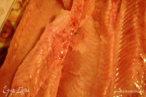 Острым ножом срезаем филе от хребта. Если получается, то можно сразу выбрать косточки из филе, а если нет, то это легко сделать, когда будем нарезать рыбку для подачи на стол.