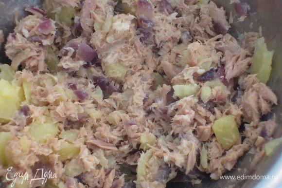 Картофель разрезать пополам и аккуратно вынуть мякоть (я это делаю кофейной ложечкой). Часть картофельной мякоти добавить к тунцу, перемешать.