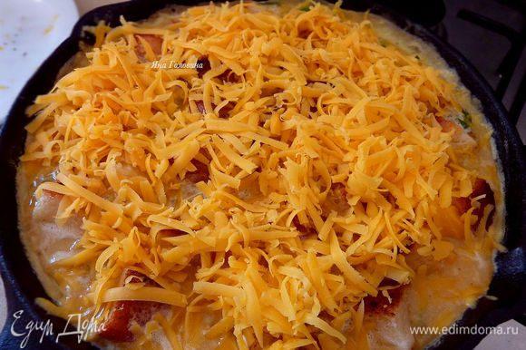 Посыпать сыром и поставить в духовку минут на 10 до готовности.