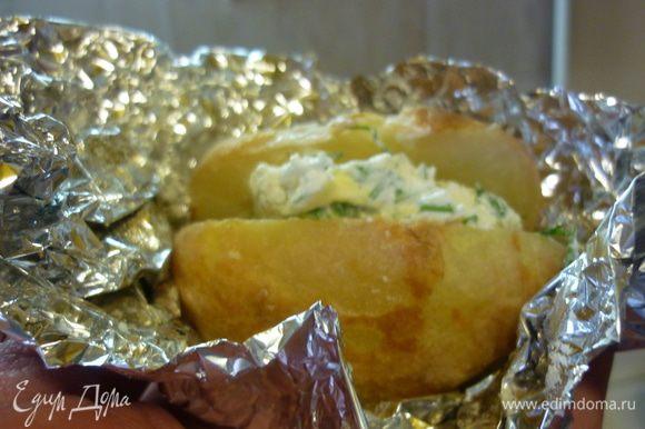 Молодую картошку можно есть с кожурой. Старая очищенная выглядит тоже вполне презентабельно. Приятных вам воспоминаний.