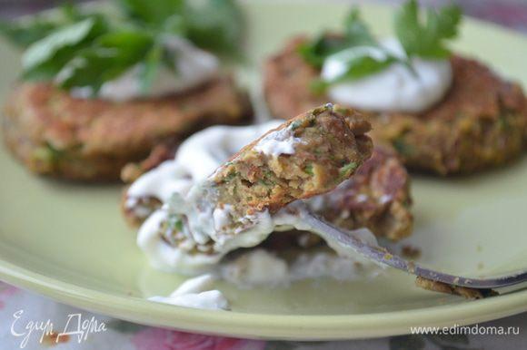 Подавать оладьи горячими, с соусом и зеленью.