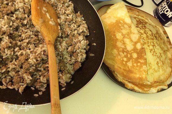 Tушим фарш в глубокой сковороде до готовности. Добавляем мелко нарезанный лук, стакан свежесваренного риса, перчим, солим по вкусу, даем остыть!