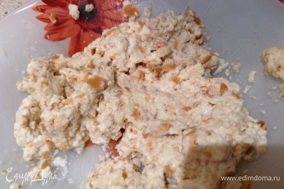 Хлеб (2-3 дневный) замочить в сливках и размять в крошку.
