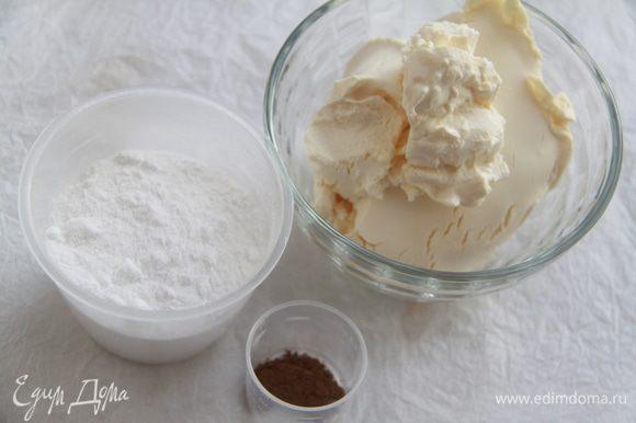 Взбить мягкий сыр (я использовала маскарпоне) с сахарной пудрой и корицей до получения воздушного крема.