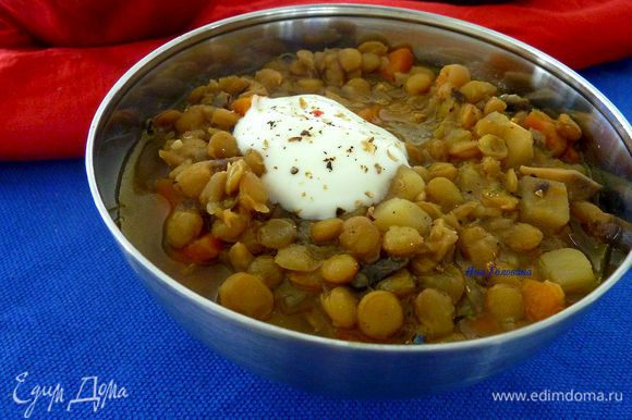 Вмешать соевый соус, приправить по вкусу. Поддавать с йогуртом или сметаной.