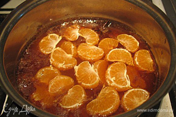 Готовим глазурь. Кипятим воду с сахаром с палочкой корицей и бадьяном в течении 10 минут. Потом добавляем с сироп коньяк и дольки мандаринов. Провариваем 5 минут, т.е готовим недоцукат из мандарин. Вынимаем мандарины из сиропа. Добавляем острый красный перец и увариваем сироп в два раза.