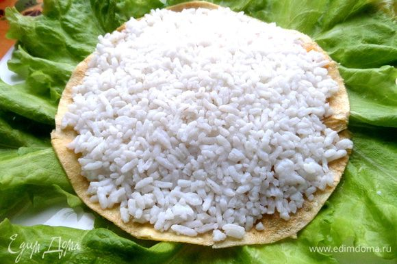 Отвариваем рис и прижимаем немного горкой.