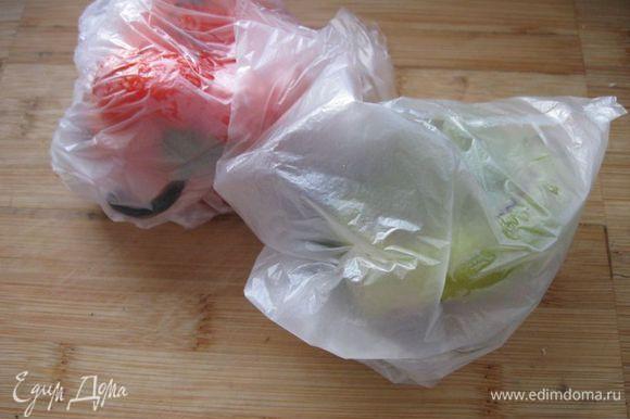 Перцы помыть и запечь в духовке при температуре 240 градусов в течение 15 минут, упаковать в пакет, дать им остыть, снять пакет и счистить шкурку.
