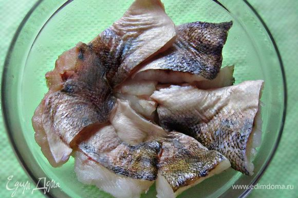 Филе рыбы разрезать на небольшие порционные куски. Посолить, поперчить.