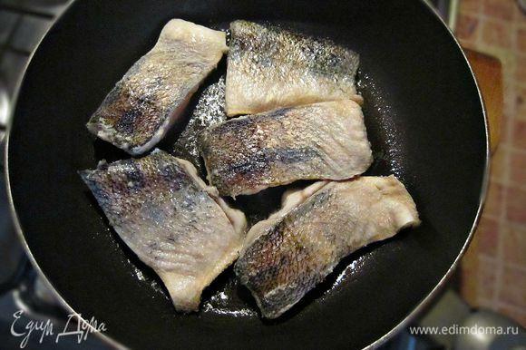 Слегка обвалять рыбу в муке, дать постоять 2 мин, чтобы мука впиталась. Нагреть в сковороде растительное масло и быстро обжарить кусочки рыбы с двух сторон по 2 мин, слегка подрумянив.