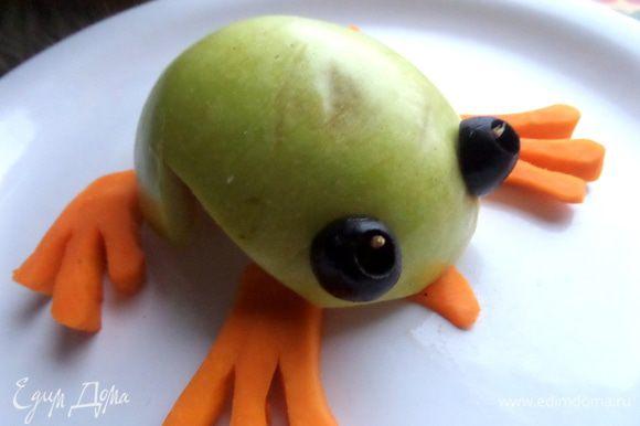 Оливки срезаем наискосок и прикрепляем половинкой зубочистки на место глаз.