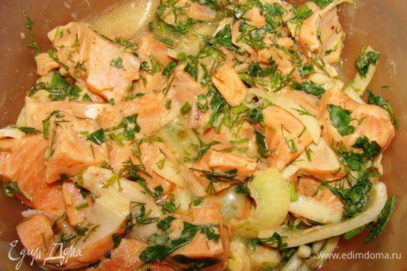 Лосось порезать, замариновать с луком, соком лимона, зеленью, солью и перцем, примерно на часик.