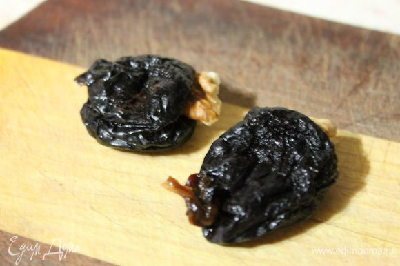 В чернослив вложить по половинке грецкого ореха.
