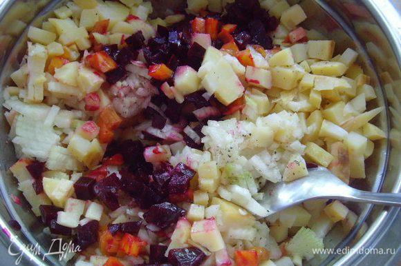 Буряк, картофель и морковь остудить и очистить от кожуры. Нарезать овощи небольшими кубиками. Огурцы нарезать кубиками, лук очистить и мелко нарезать. Смешать буряк, картофель, морковь и лук в миске, полить маслом, поперчить. Люблю смешивать все овощи сразу, так буряк охотнее отдаёт свой великолепный цвет другим овощам.