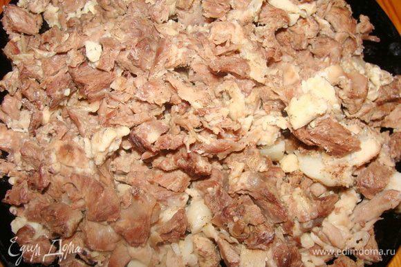 Говяжьи ребра отварить с небольшим количеством соли, освободить мясо от костей, порезать.