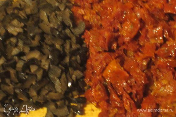 Вяленые помидоры откинуть на дуршлаг на 30 минут, мелко нарезать. Оливки и базилик измельчить.