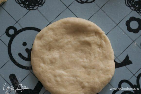 """Приступаем к формовке булочек, которые после и будут представлять """"Мартышкин хлеб"""". Каждый кусочек сначала скатать в шарик, затем расплющить, сделав такую вот лепешку."""