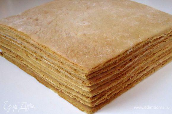 Таким образом выпечь все последующие коржи. Обрезки от коржей измельчить в мелкую крошку, она пойдет на обсыпку торта. Совет: Пока готовится крем остывшие коржи завернуть в бумагу или пленку.
