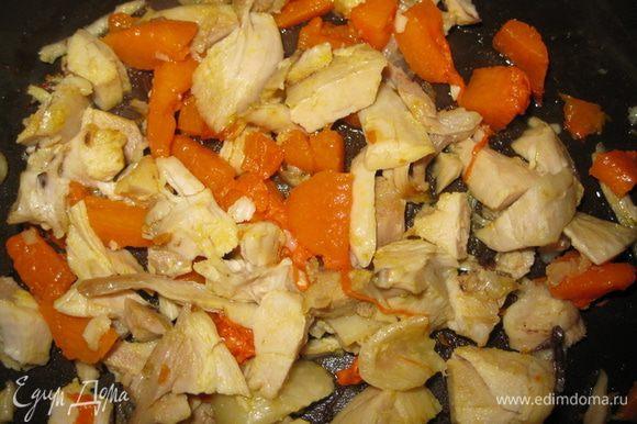 Курицу мелко режим, мкоть тыквы тоже режим. Жарим на сковороде 5- 8 минут до корочки. Солим по вкусу.