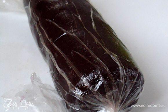 Вынуть тесто из холода, сформировать «колбаску» 5-6 см диаметром, завернуть в пленку и опять убрать в холод на 1 час.