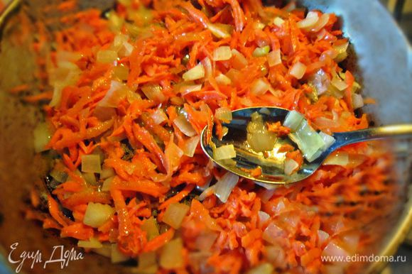 Добавить натёртую на крупной тёрке морковь и ещё обжаривать 3 мин.