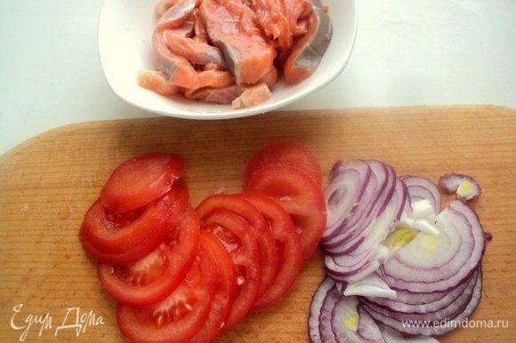 Филе семги порезать на полоски толщиной 5 мм, посолить и поперчить по вкусу, взбрызнуть лимонным соком. Помидоры порезать пластинками, лук полукольцами.