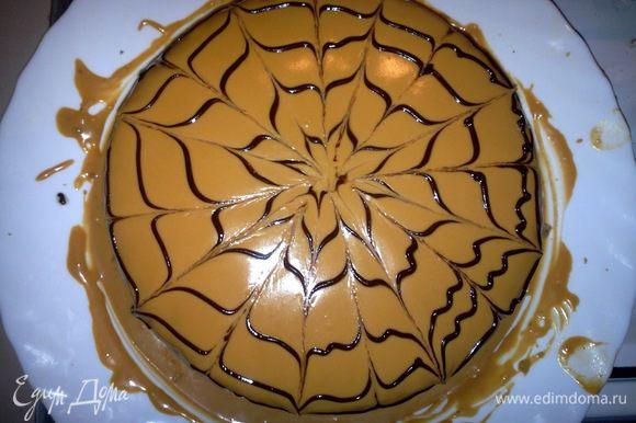 Возьмемся за приготовление глазури, для этого на водяной бане растопим шоколад с добавлением масла. Растопив, украсим торт узорами (для этого я использовала самодельный фунтик). Как только закончим с оформлением. Ставим торт в холодильник на пару часов.